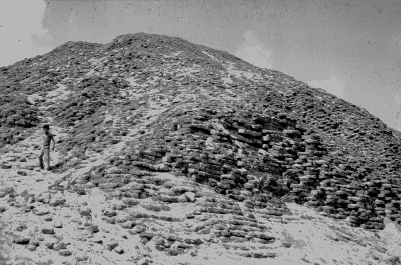 1827-amenemhet3-pyramid