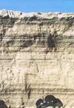 Kerrostumat hiekkajyrkänteessä. Korkeus on noin 650 mm.