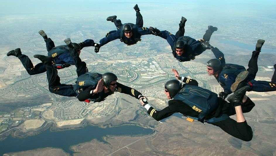 skydivers-pixabay